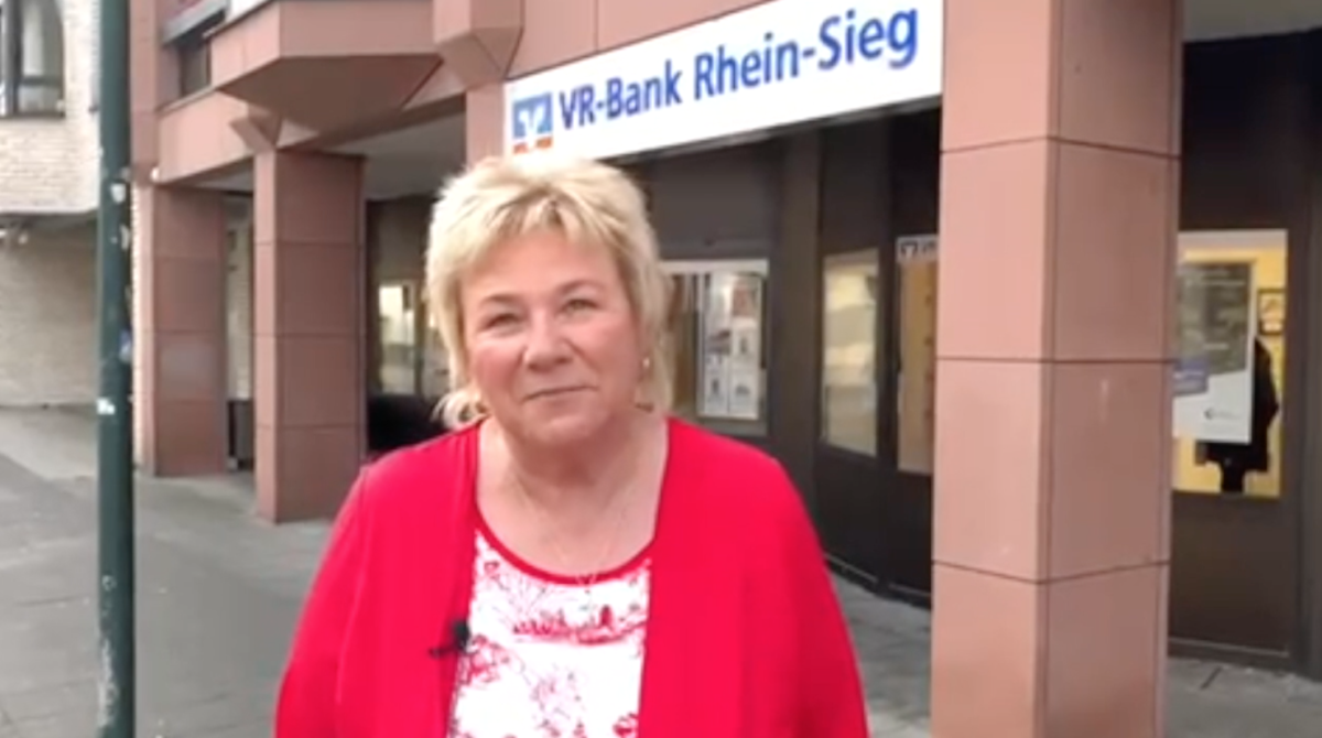 Birgit vor der neuen Geschäftsstelle
